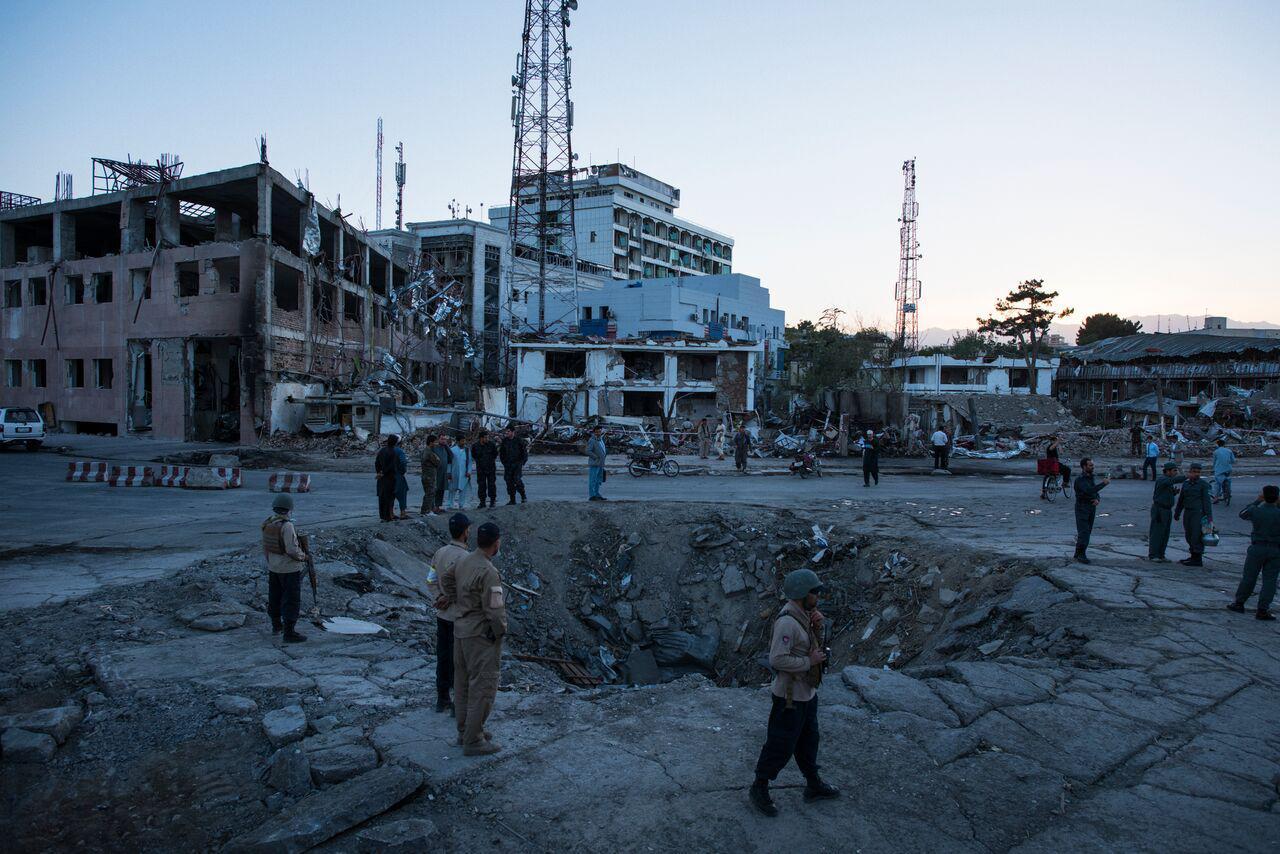 منسوبین امنیتی افغان و مردم محل نزدیک حفره ای که پس از انفجار یک عراده واسطه نقلیه کلان بوجود آمده است، تجمع نموده اند. این انفجاربه تاریخ 31 ماه می 2017 در شهر کابل بوقوع پیوست.