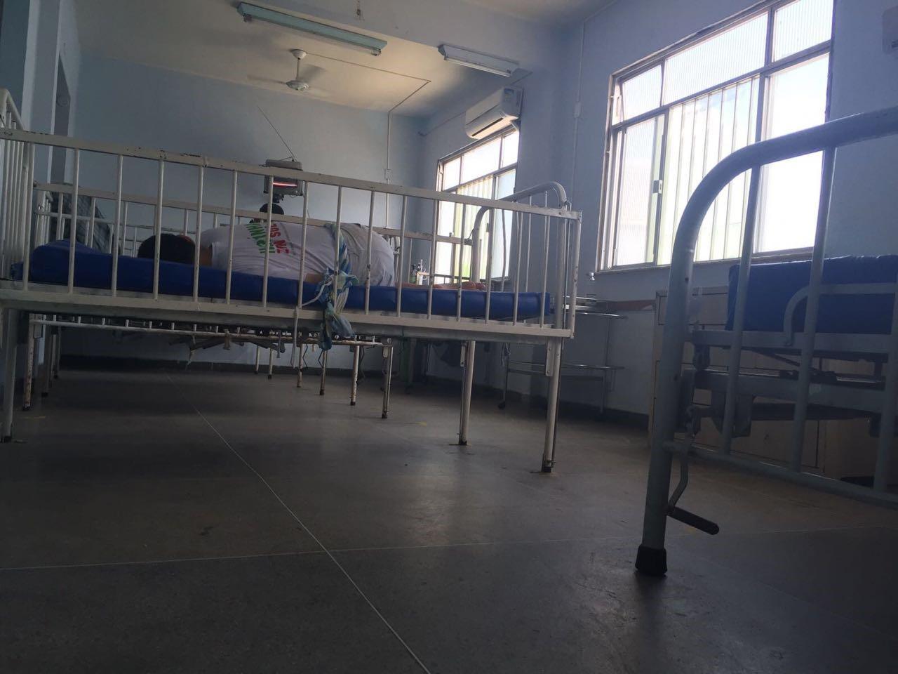 Um homem amarrado à cama pela cintura em uma instituição para pessoas com deficiência no Rio de Janeiro. Funcionários em algumas instituições no Brasil restringem o movimento de pessoas com deficiência por prolongados períodos a fim de controlá-las.