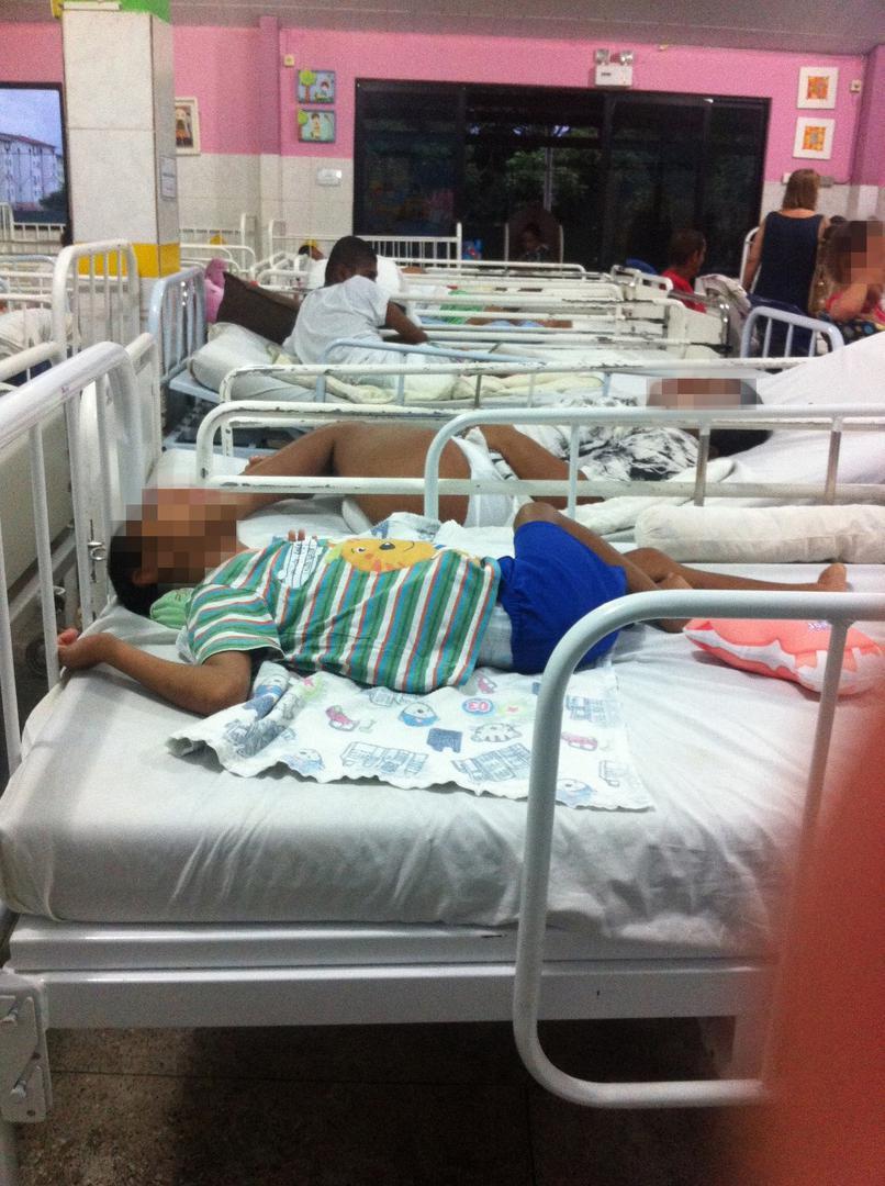 Um grupo de crianças com deficiência em uma instituição superlotada com 109 crianças na Bahia. 30 crianças, incluindo uma que tinha no máximo 5 anos, viviam nessa ala.