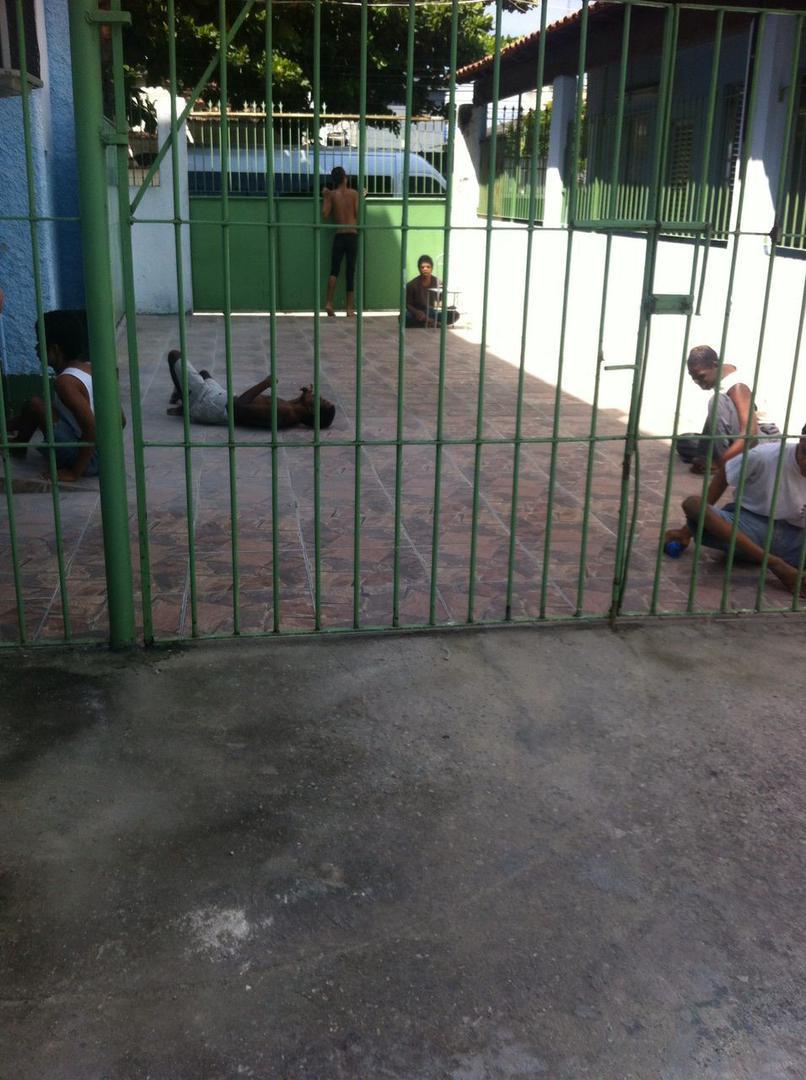 Um grupo de pessoas com deficiência em um pátio de uma instituição no Rio de Janeiro. Residentes ficam do lado de fora por algumas horas durante o dia, mas passam a maior parte do tempo confinados às camas.