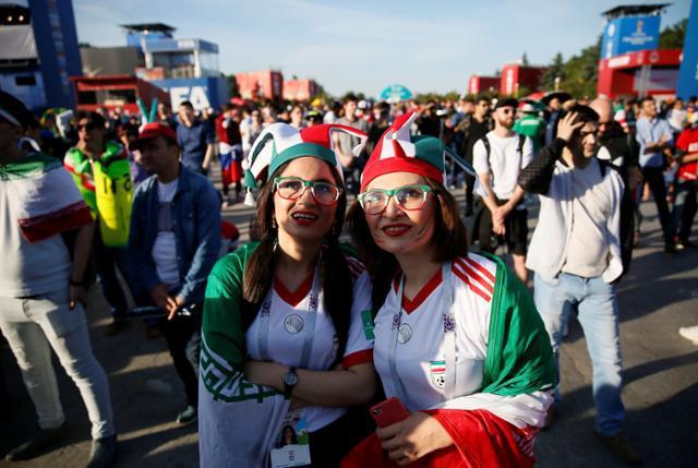 تماشاگران ایرانی در حال تماشای بازی مراکش-ایران در فن زون در مسکو، روسیه، ۱۵ ژوئن ۲۰۱۸  © رویترز