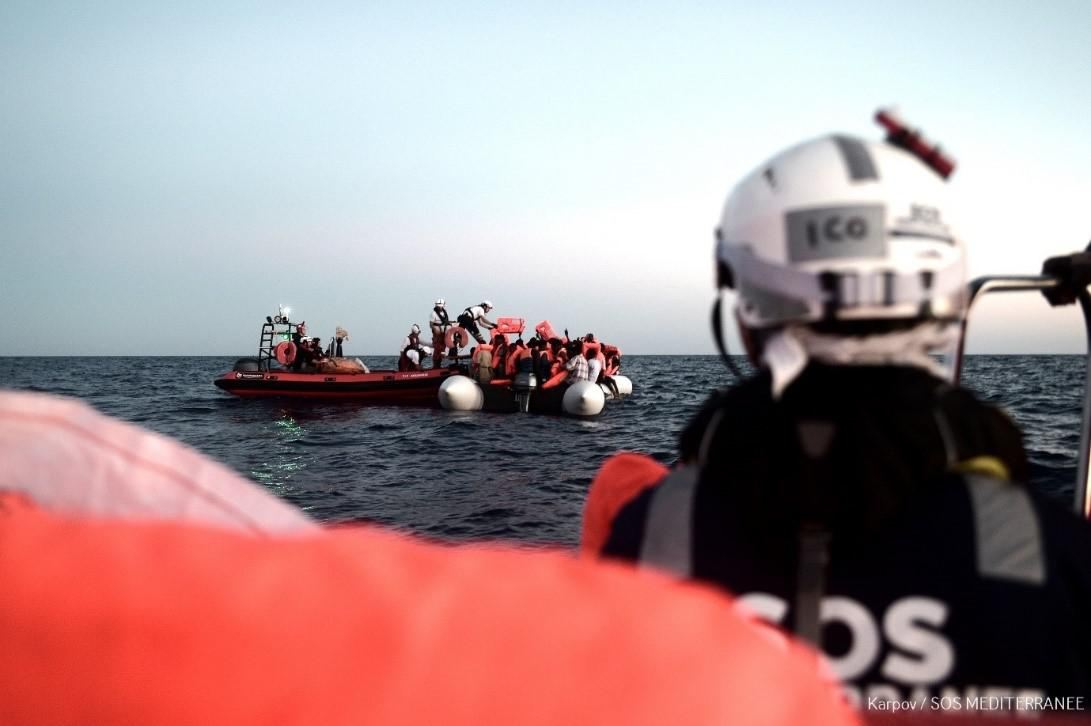 L'equipaggio di SOS MEDITERRANEE durante il soccorso di un gommone sovraccarico nel Mediterraneo, 9 giugno 2018.
