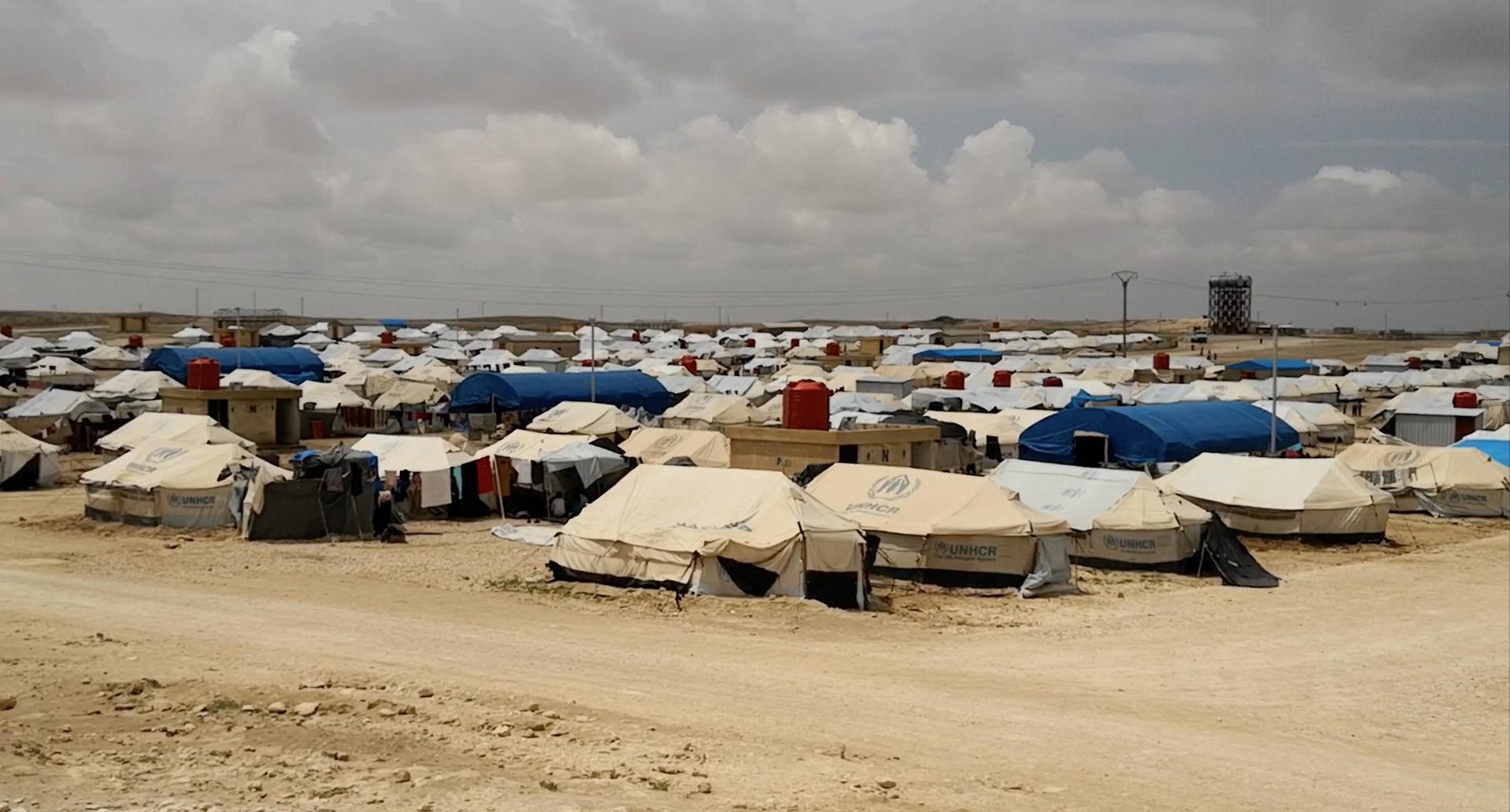Dîmen ji girekî bi ser kampa koçberan Eyn Îsa li Sûriyêb dinêre , Gulan 2018 © Human Rights Watch
