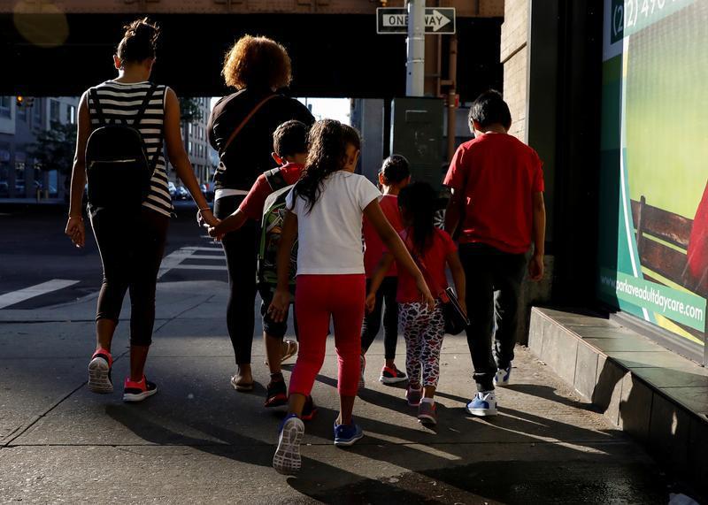 Anak-anak dibawa ke Cayuga Center, yang memberikan layanan asuh sementara dan layanan lain bagi anak-anak imigran yang dipisahkan dari keluarga mereka, di New York, AS, 10 Juli 2018.