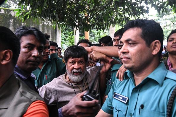 Aktivis dan fotografer Shahidul Alam tiba dengan dikelilingi polisi dan muncul di sebuah pengadilan, di Dhaka, Bangladesh pada 6 Agustus 2018.