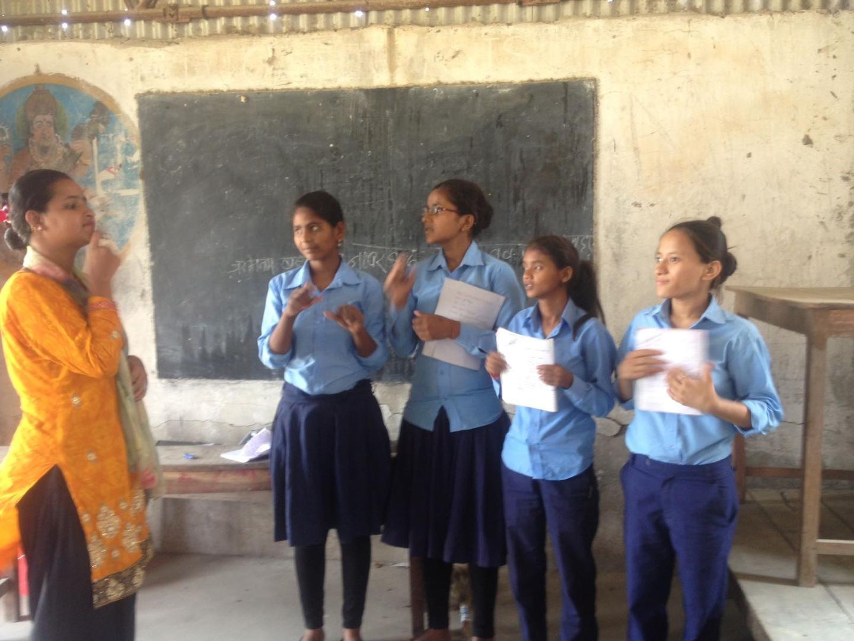 काठमाडौँ, जोरपाटीको एउटा सामुदायिक विद्यालयमा स्रोत शिक्षक साङ्केतिक भाषा प्रयोग गरेर विद्यार्थीहरूलाई सिकाउँदै । मे २०१८, ह्युमन राइट्स् वाच