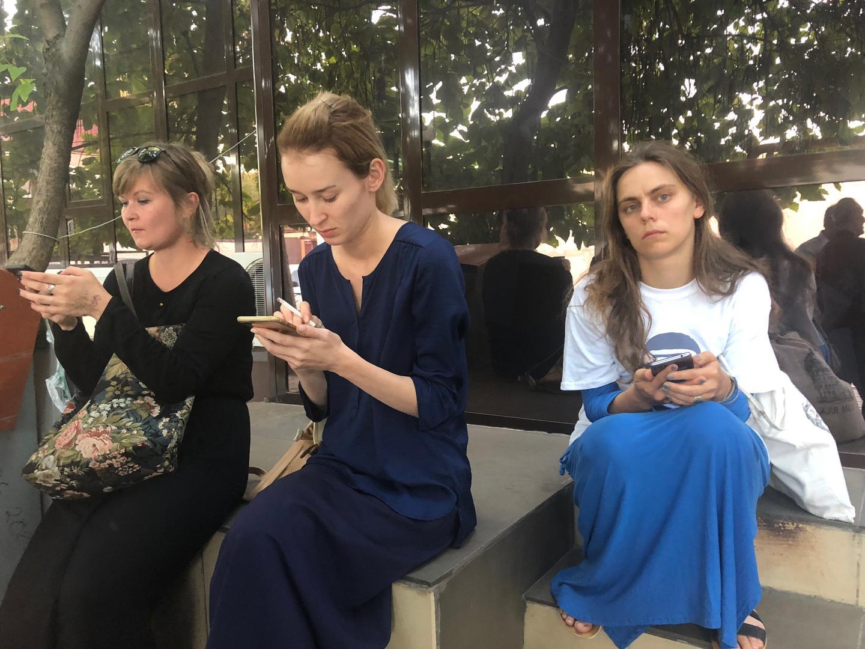 Журналисты и правозащитники у здания суда после закрытия процесса по делу Оюба Титиева.