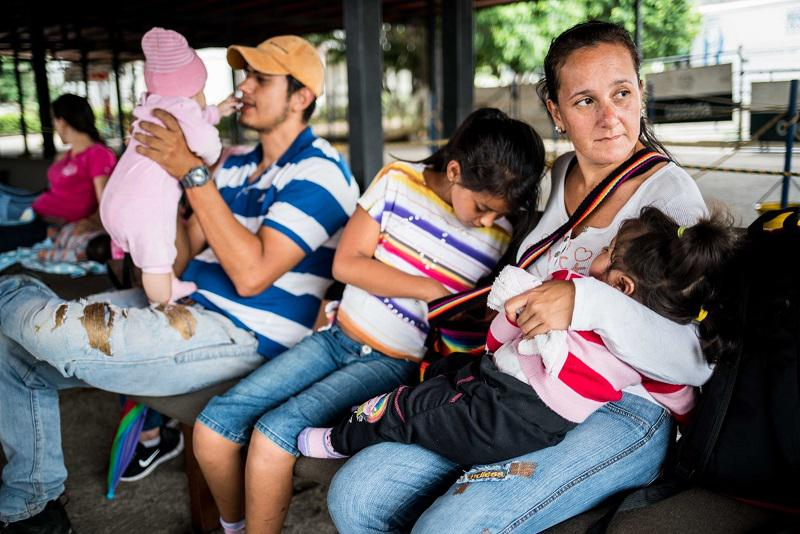 Venezuelans wait to vaccinate their children