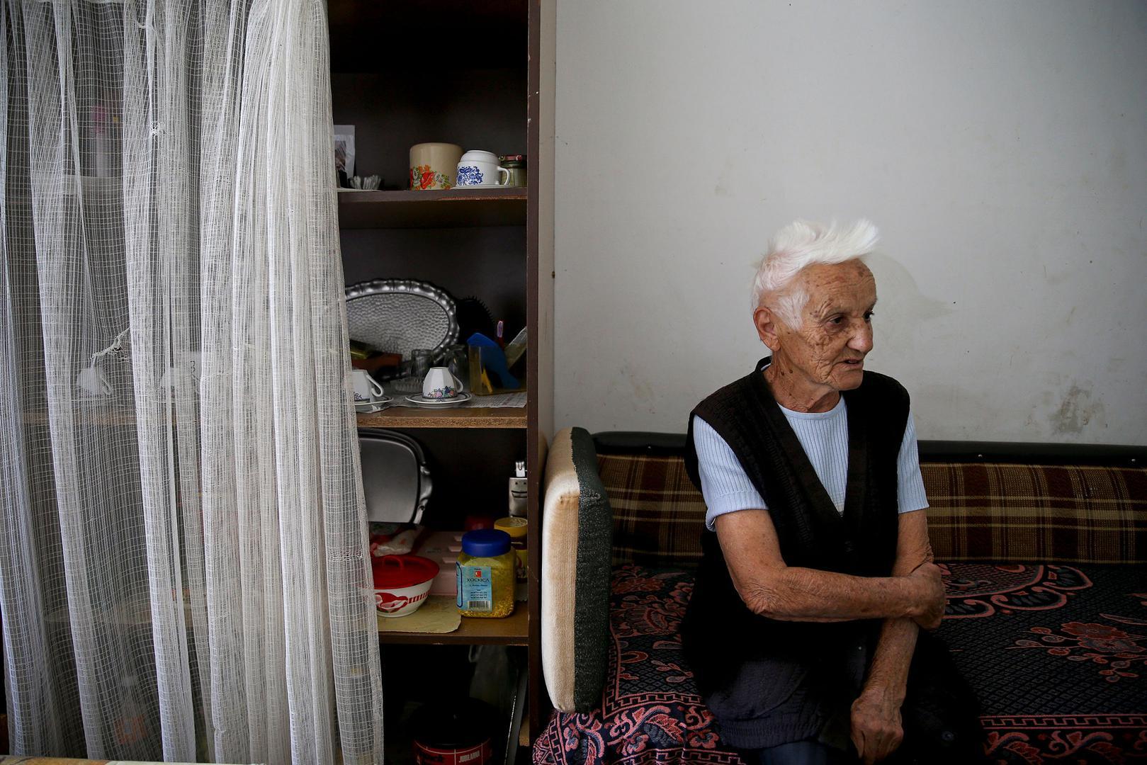 """Sofija Vidović u svojoj sobi u prihvatnom centru u blizini Modriče, Bosna i Hercegovina. """"Ovo mjesto je strašno za život"""", rekla je. """"Čak nemamo ni toalete. Voljela bih da imam lijepo mjesto za život gdje mogu pozvati goste. """"Vidović je jedna od 92.000 in"""