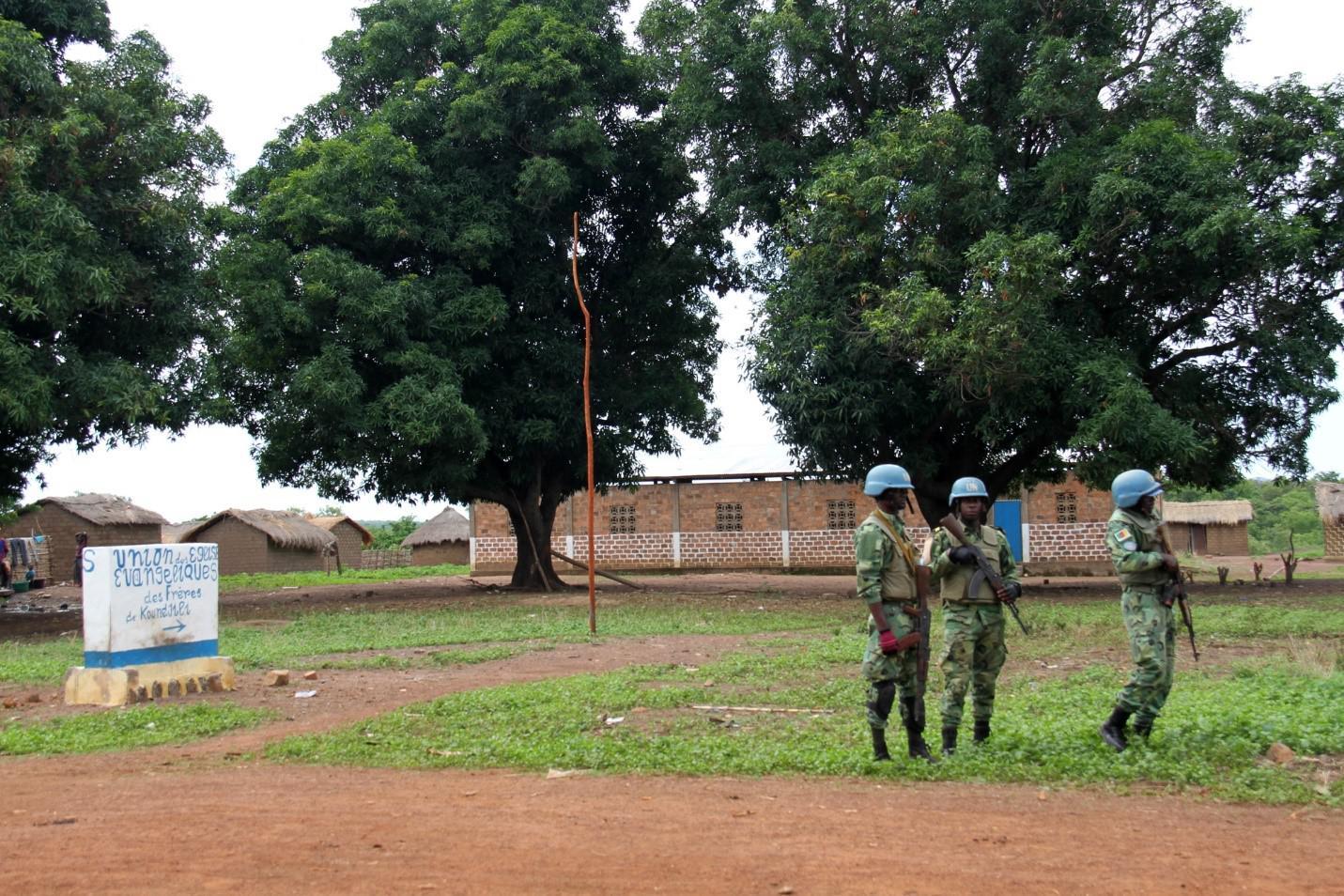 Des Casques bleus de la MINUSCA montent la garde à Koundjili, dans le nord-ouest de la République centrafricaine, le 28 mai 2019.