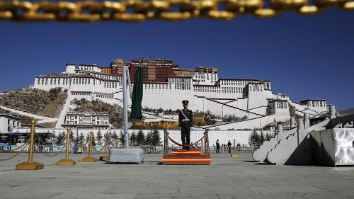 A paramilitary police officer stands guard in front of the Potala Palace in Lhasa, Tibet Autonomous Region, China on November 17, 2015. © 2015 Damir Sagolj /Reuters