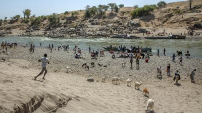 Tigray refugees who fled the conflict in the Ethiopia's Tigray arrive on the banks of the Tekeze River on the Sudan-Ethiopia border,
