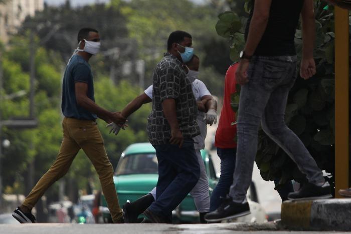 Ein Mann wird an der Stelle festgenommen, an der am 30. Juni 2020 in Havanna, Kuba, ein Protest gegen die Ermordung eines Schwarzen durch die Polizei stattfinden sollte.