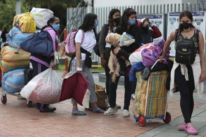 Migrantes venezolanos esperan un autobús en Bogotá, Colombia, para viajar a la frontera con Venezuela durante la pandemia de Covid-19, el 2 de julio de 2020.