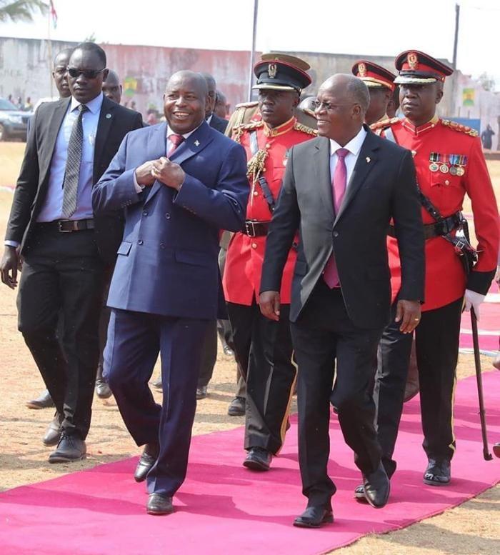 Le président burundais Évariste Ndayishimiye (à gauche) et le président tanzanien John Magufuli se rencontrent à Kigoma, dans le nord-ouest de la Tanzanie, le 19 septembre 2020.