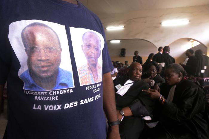 A man wearing a T-shirt with portraits of Floribert Chebeya and Fidèle Bazana attends the trial in Kinshasa on April 30, 2013 of policemen accused of killing the two men in 2010.