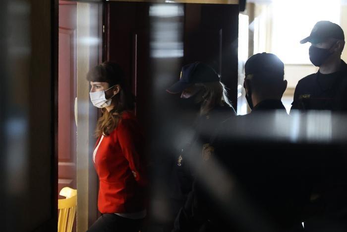 Журналистка независимого новостного портала TUT.BY Катерина Борисевич входит в зал суда в Минске 19 февраля 2021 года.