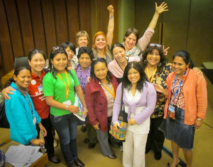 Des travailleuses domestiques célèbrent l'adoption de la Convention de l'Organisation internationale du travail (OIT) sur les travailleurs et travailleuses domestiques à Genève, en juin 2011.
