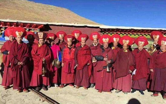 Des moines du monastère de Tengdro, dans le comté de Tingri au Tibet, photographiés en 2017.