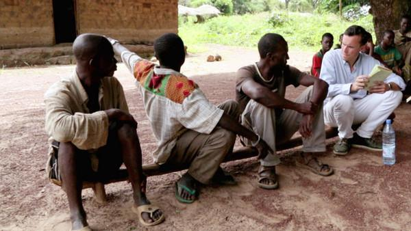 Philippe Bolopion interviews witnesses of looting and destruction in Zere, Central African Republic in November 2013.
