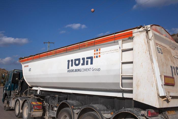 "A Heidelberg Cement Group truck, which says ""Hanson"" in Hebrew, leaves the Nahal Rabba quarry. © 2015 Yoray Liberman"