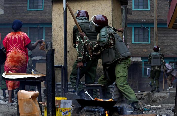 Residents flee as anti-riot policemen pursue opposition protestors in Mathare, Nairobi, on August 12.