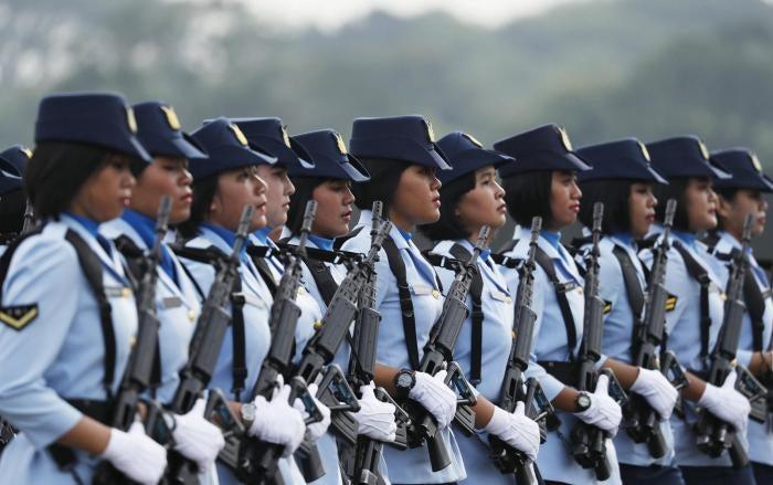 Anggota Angkatan Udara Indonesia berbaris dalam perayaan peringatan 70 tahun TNI Angkatan Udara di Jakarta, Indonesia, 9 April 2016.