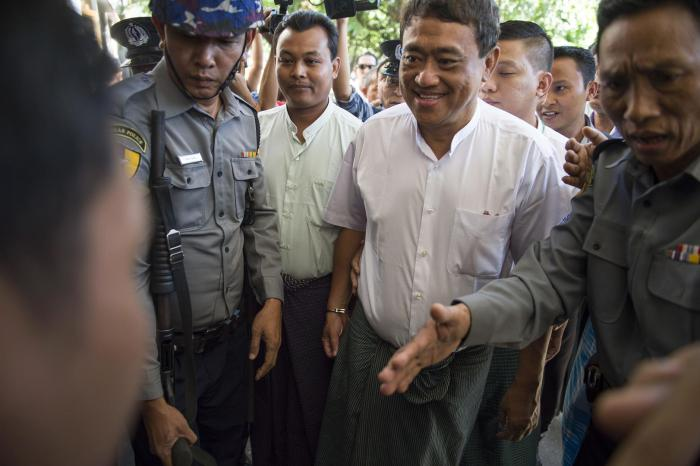 Detained journalists Wai Phyo (center left), chief editor of Eleven Media Group, and Than Htut Aung, chief executive officer, arrive at court escorted by police in Yangon, November 25, 2016.
