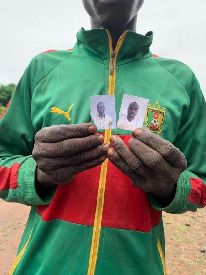 Un homme à Lemouna, dans le nord-ouest de la République centrafricaine, tient les photos de Sosthène Kobaikera et Zachée Gong-Pou, deux victimes d'une attaque des 3R le 21 mai 2019.