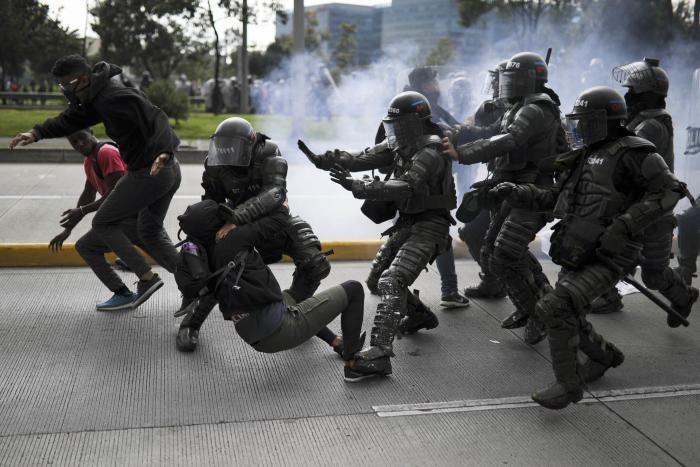 La policía detiene a un manifestante durante el paro nacional en Bogotá, Colombia, el 21 de noviembre de 2019.
