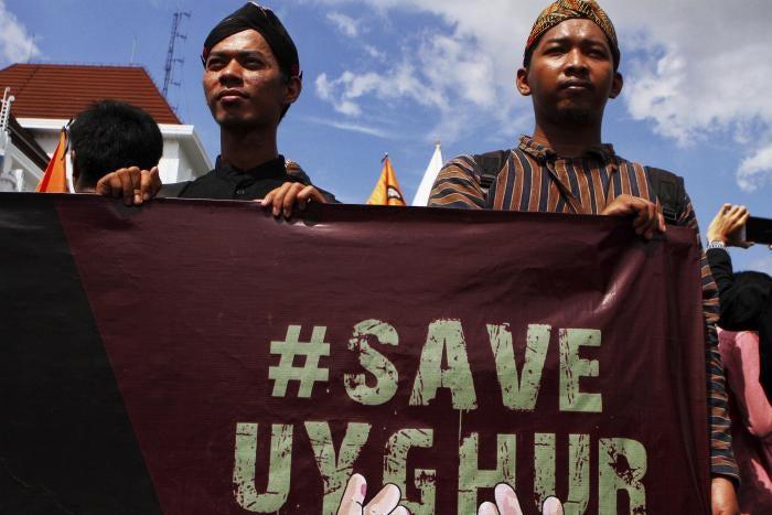 Aktivis Muslim memegang poster #SaveUyghur saat unjuk rasa di Yogyakarta, Indonesia pada 21 Desember 2019.