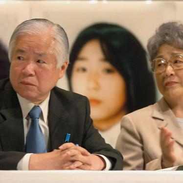 An April, 2005 photo shows Shigeru Yokota and his wife Sakie at a meeting in Tokyo to demand North Korean abductees' return.