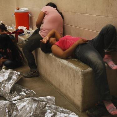EE. UU. debe liberar a menores migrantes detenidos y a sus madres