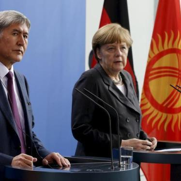 Kyrgyzstan's President Almazbek Atambayev (L) and German Chancellor Angela Merkel address a news conference at the Chancellery in Berlin, April 1, 2015.