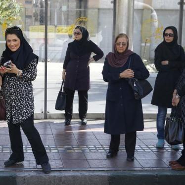 على إيران الكفّ عن ملاحقة النساء بسبب ملابسهنّ