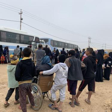 Government buses waiting to move families from one camp in Anbar governate to another during a previous wave of camp closures in December 2018.  © 2018 Belkis Wille/Human Rights Watch